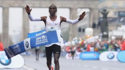 Eliud Kipchoge gana de nuevo en Berlin pero sin Récord Mundial