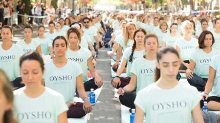 Más de 3.000 personas practican yoga al aire libre en el centro de Madrid