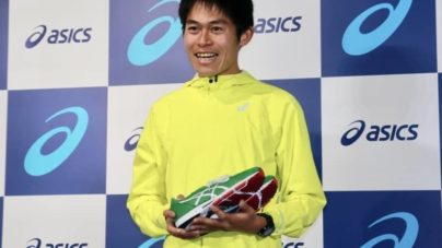 Yuki Kawauchi firma contrato con ASICS