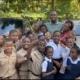 Usain Bolt donó laptops a niños de escuelas rurales de Jamaica