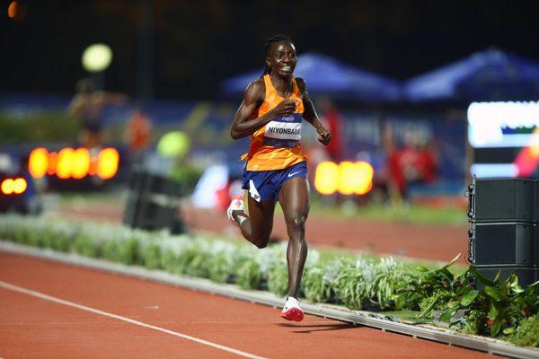 Francine Niyonsaba batió el récord del mundo de 2.000mt